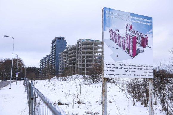Irmanto Gelūno / 15min nuotr./Nebaigtas statyti daugiabutis gyvenamasis namas Trinapolio gatvėje