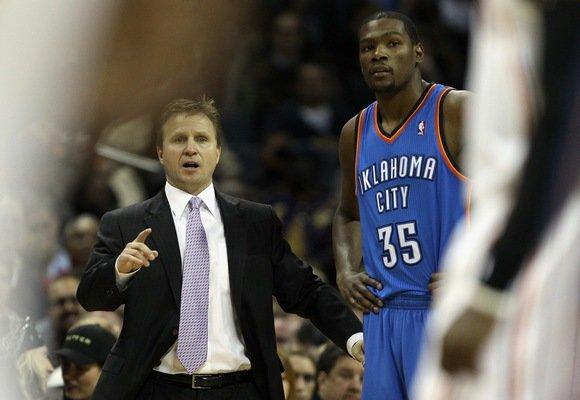 """AFP/""""Scanpix"""" nuotr./Rezultatyviausias NBA lygos krepšininkas Kevinas Durantas (dešinėje) įstrigo """"Spurs"""" gynyboje."""