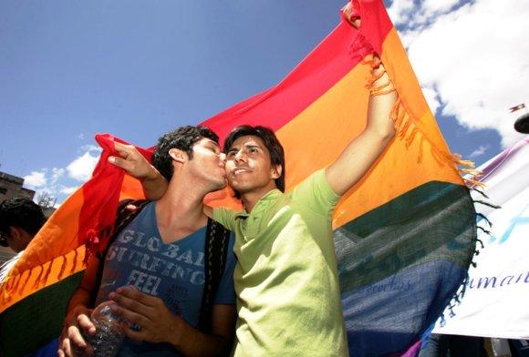 """""""Reuters""""/""""Scanpix"""" nuotr./Homoseksualūs vyrai demostracijoje už lygias teises"""