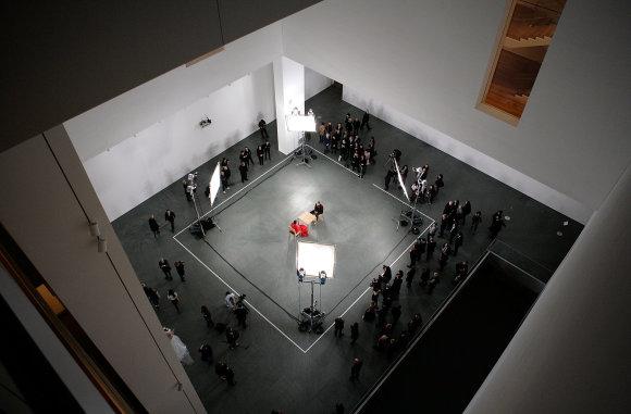 """Vida Press nuotr./Kadras iš Marinos Abramovič performanso """"Dalyvaujant menininkui"""""""