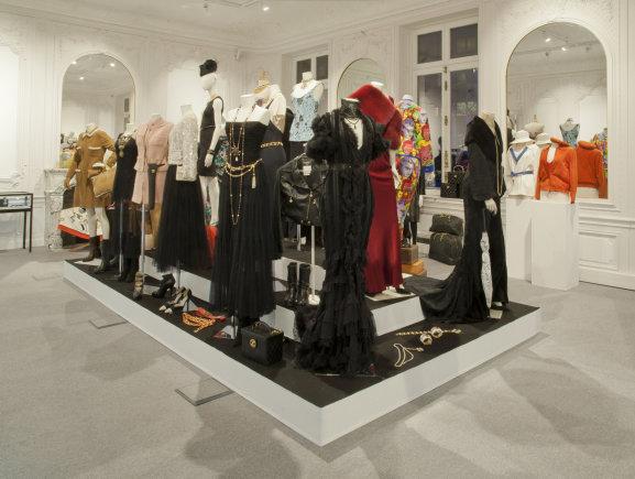 Vida Press nuotr./Mouna Ayoub drabužių kolekcijos aukciono Paryžiuje ekspozicija