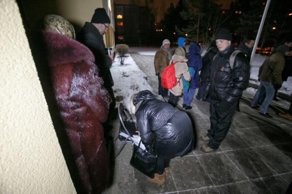 Eriko Ovčarenko/15min.lt nuotr./Tėvų eilė prie mokyklos durų