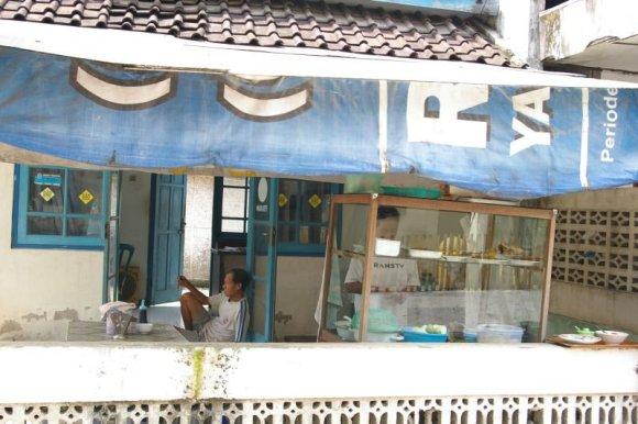 """V.Panovaitės nuotr./Gatvės kavinė """"warung"""", atidaryta namo pirmo aukšto terasoje."""
