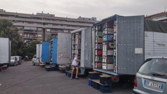 B.Jurkevičiūtės nuotr./Naudoti vadovėliai parduodami iš tokių vagonėlių