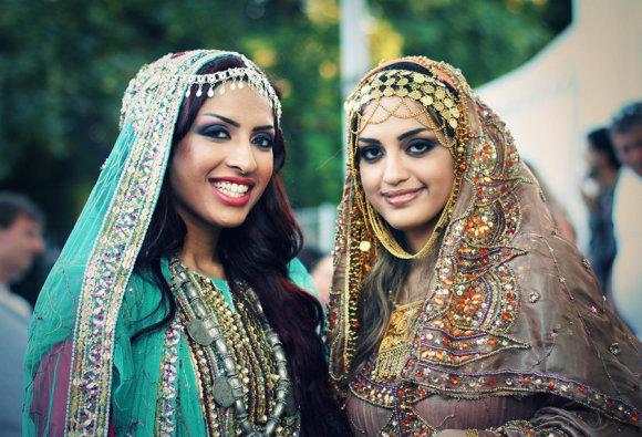 Omanietės tradiciniais rūbais