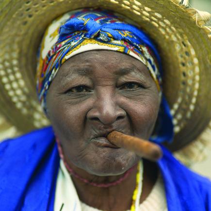 """""""Novaturas"""" nuotr./Kubietė, rūkanti cigarą"""