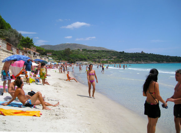 123rf.com nuotr./Unidentified people in white beach with blue crystal sea and waves in summertime in Capitana, Cagliari, Sardinia, Italy