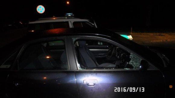 Klaipėdos apskrities VPK nuotr./Plėšikai kirviu išdaužė langą, bandė išlupti magnetolą.