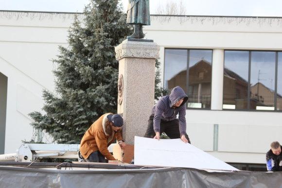 A.Jašinskienės/15min.lt nuotr./Jacquesas Rivalio komanda jau montuoja meninę instaliaciją, uždengsiančią Anikės skulptūrą