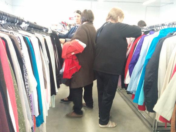 A.Jašinskienės/15min.lt  nuotr./Kai kuriems žmonėms dėvėtų drabužių parduotuvės yra tapusios gyvenimo būdu.