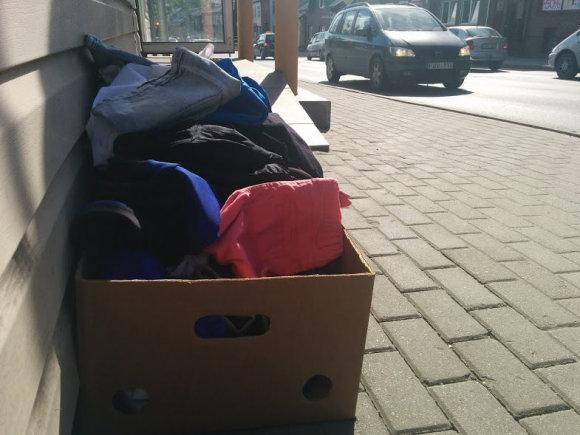 A.Jašinskienės/15min.lt  nuotr./Plungėje vien pagrindinėje gatvėje galima suskaičiuoti keliolika dėvėtų drabužių parduotuvių.