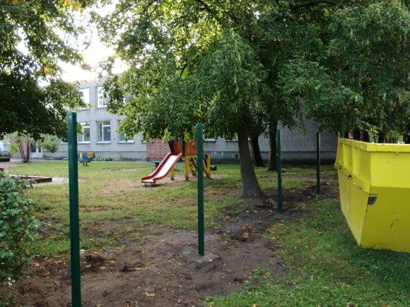 J.Andriejauskaitės/15min.lt nuotr./Šiuo metu kai kuriuose darželiuose tvoros išgriautos, mat bus juosiamos naujos.
