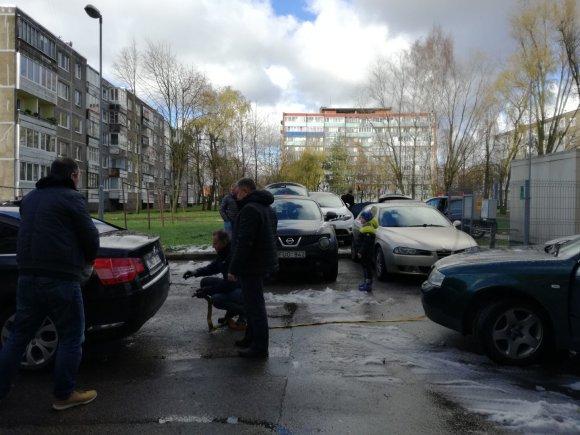 Debreceno gatvėje iš kiemų tempiami sugedę automobiliai
