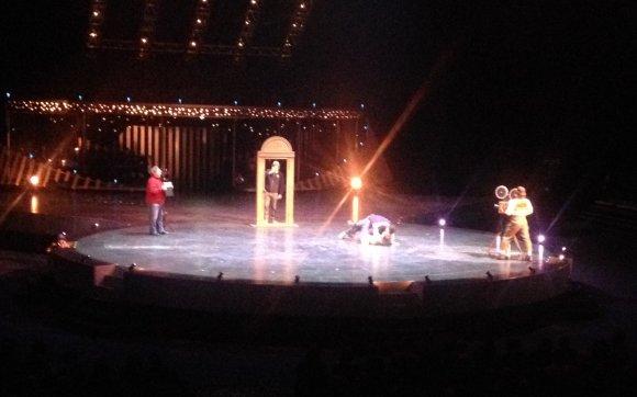 "Skaitytojo nuotr./""Cirque du Soleil"" scena su žiūrovais"
