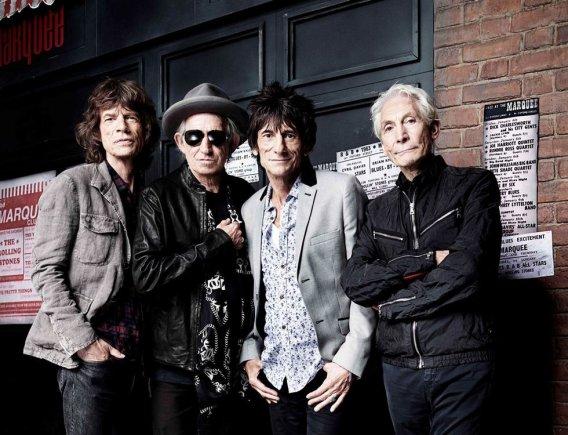 """""""Reuters""""/""""Scanpix"""" nuotr./""""The Rolling Stones"""" (iš kairės): Mickas Jaggeris, Keithas Richardsas, Ronnie Woodas ir Charlie Wattsas pozuoja 50-ojo jubiliejaus proga"""