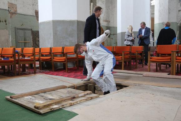 Juliaus Kalinsko/15min.lt nuotr./Švč. Trejybės bažnyčioje atrasta kripta su palaikais