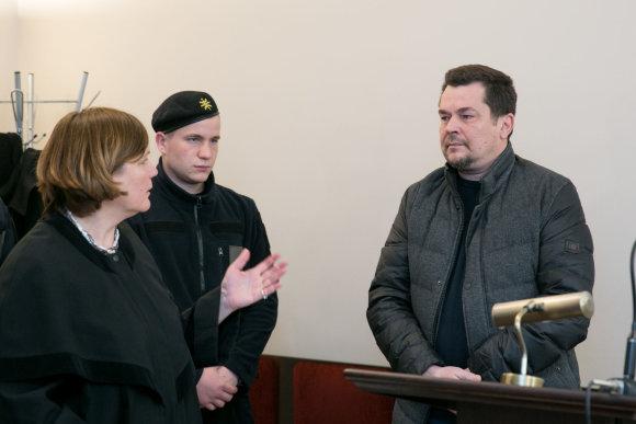 Juliaus Kalinsko / 15min nuotr./Evaldas Ramašauskas kalbasi su advokate