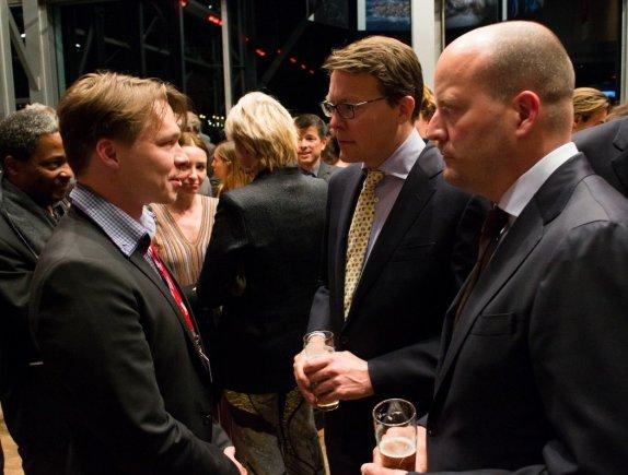 """Pressphoto.lt nuotr. /Nugalėtojų sveikinimas. Iš kairės: fotografas Sergejus Ponomarevas, Nyderlandų princas Constantijnas, """"World Press Photo"""" generalinis direktorius Larsas Boeringas."""