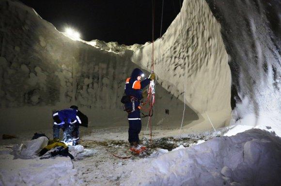 """""""Scanpix""""/ITAR-TASS nuotr./Mokslininkai nusileido į mįslingai atsiradųsį kraterį Sibire."""