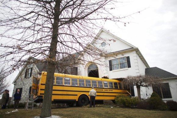 """""""Reuters""""/""""Scanpix"""" nuotr./Pensilvanijoje mokyklinis autobusas įlėkė į namą."""