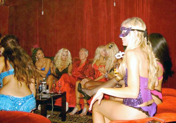 """AF/""""Scanpix"""" nuotr./Hugh Hefneris žavių merginų apsuptyje"""