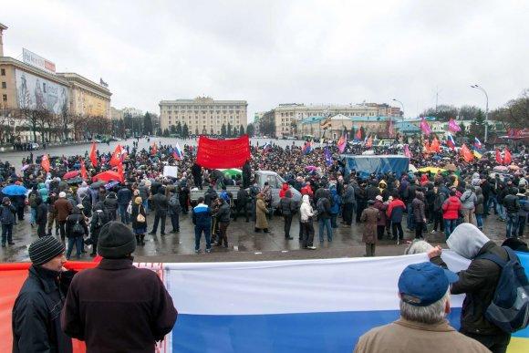 """AFP/""""Scanpix"""" nuotr./Protestutojai Charkovo mieste"""