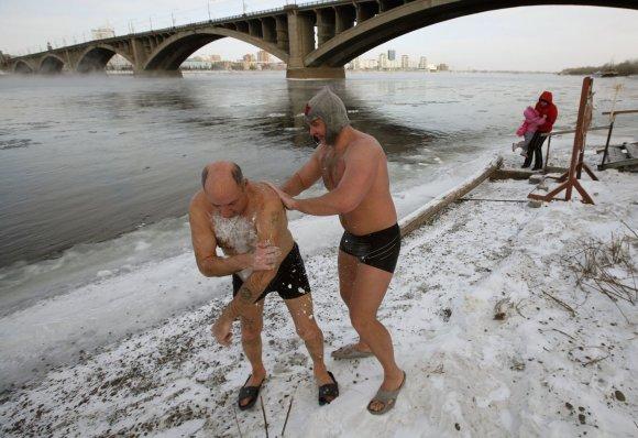 """""""Reuters""""/""""Scanpix"""" nuotr./Rusijos žiemos plaukimo klubo nariai prie Rusijos žiemos plaukimo klubo narių maudynės Jenisejaus upės"""