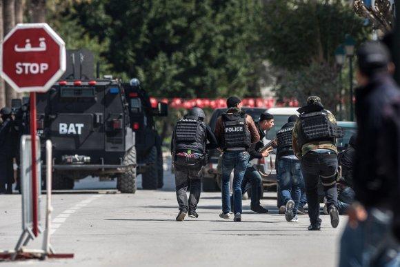 """""""Scanpix""""/""""Anadolu Ajansi"""" nuotr./Tuniso saugumo pajėgos prie Bardo muziejaus"""