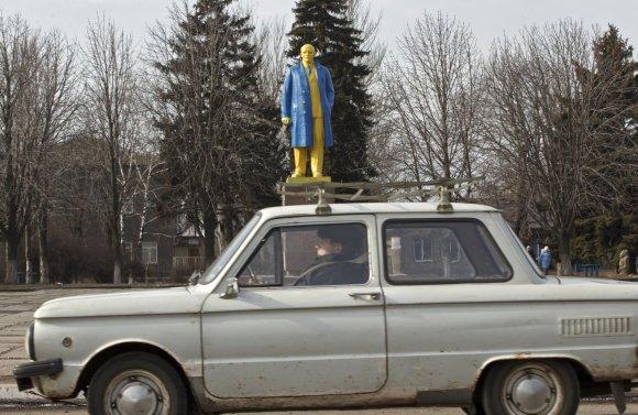 """""""Scanpix""""/AP nuotr./Ukrainos vėliavos spalvomis nudažytas Lenino paminklas"""