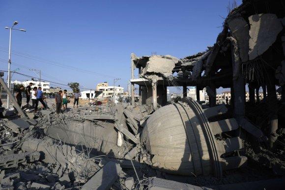 "AFP/""Scanpix"" nuotr./Pastato griuvėsiai Gazos Ruože"