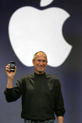 """""""Reuters""""/""""Scanpix"""" nuotr./2007-ųjų sausio 9-oji. Pristatydamas pirmosios kartos """"iPhone"""", S.Jobsas pareiškė, kad tai yra diena, kai """"Apple"""" naujai išranda telefoną. Tuomet juo patikėjo ne visi."""