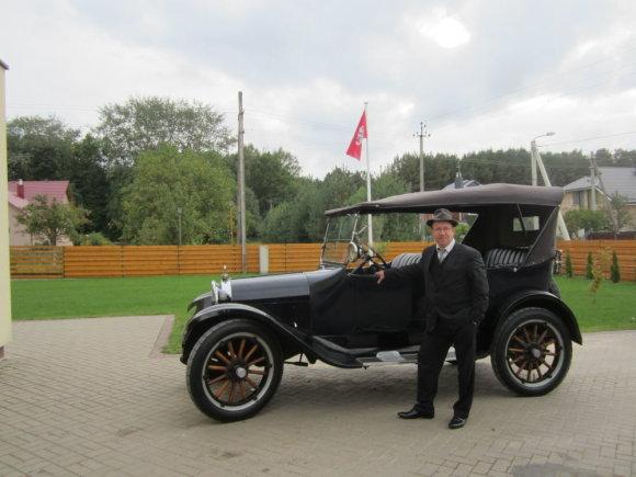 """Asmeninio archyvo nuotr./R.Kardelis ir 1922 m. gamybos """"Dodge Brothers"""", kuriam pirmajam Lietuvoje buvo suteiktas istorinio automobilio statusas."""