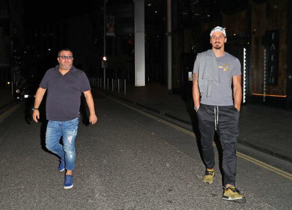 """""""Scanpix"""" nuotr./Zlatanas Ibrahimovičius su agentu Mino Raiola išeina iš restorano"""