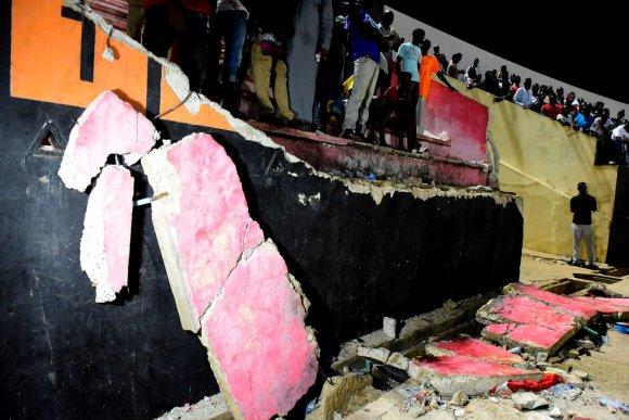 """Scanpix"" nuotr./Per riaušes Senegale griuvo futbolo stadiono siena"