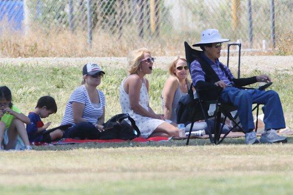 """Scanpix""/""Mavrixonline.com"" nuotr./Britney Spears savo sūnaus futbolo varžybose"