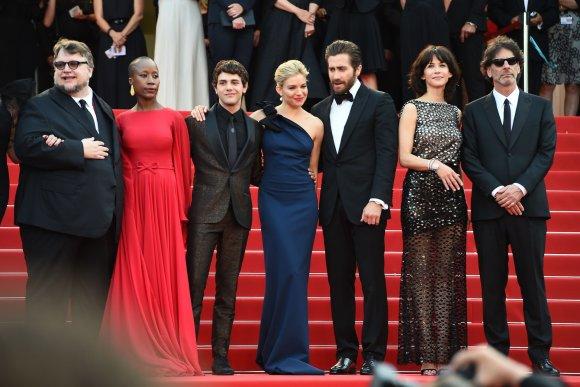 """AFP/""""Scanpix"""" nuotr./Kanų kino festivalio komisijos nariai: (iš kairės) meksikiečių režisierius Guillermo del Toro, Malio dainininkė Rokia Traore, kanadiečių režisierius Xavieras Dolanas, britų aktorė Sienna Miller, amerikiečių aktorius Jake'as Gyllenhaalas, prancūzų aktorė Sophie Marceau ir žiūri pirmininkas režisieriu"""