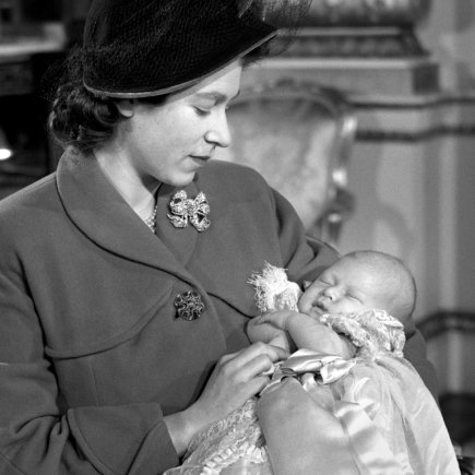"""Scanpix""/""PA Wire""/""Press Association Images"" nuotr./Karalienė Elizabeth II su sūnumi princu Charlesu (1948 m.)"