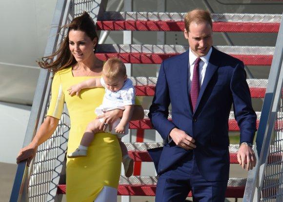 """AFP/""""Scanpix"""" nuotr./Princas Williamas ir Kembridžo hercogienė Catherine su sūnumi George'u 2014-ųjų balandį"""