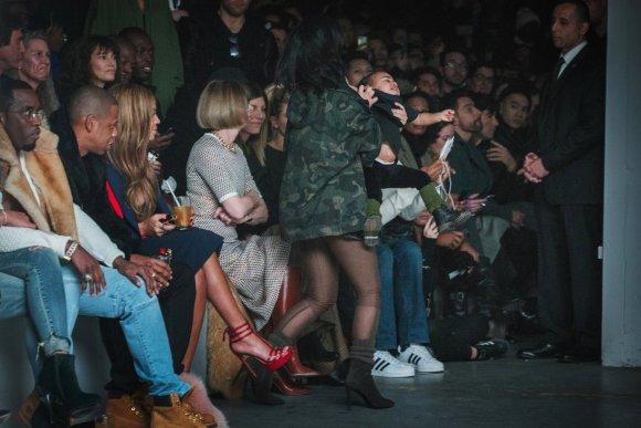 """""""Reuters""""/""""Scanpix"""" nuotr./Kim Kardashian išsineša verkiančią dukrą North iš mados pristatymo"""