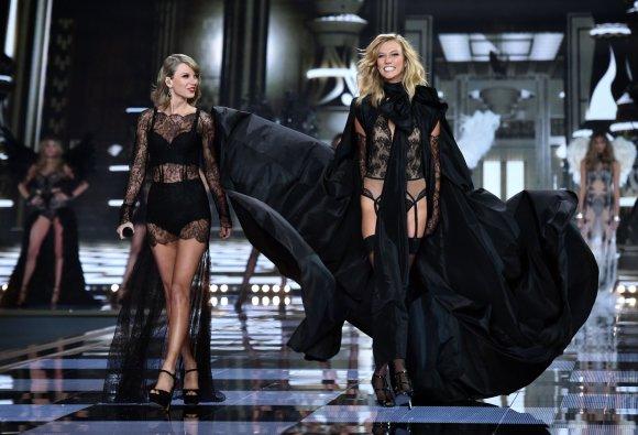 """AFP/""""Scanpix"""" nuotr./Taylor Swift ir Karlie Kloss"""