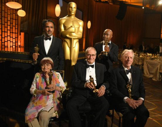 """AFP/""""Scanpix"""" nuotr./Garbės """"Oskarų"""" laureatai Alejandro Gonzalezas Inarritu, Agnes Varda, Owenas Roizmanas, Charlesas Burnettas ir Donaldas Sutherlandas"""