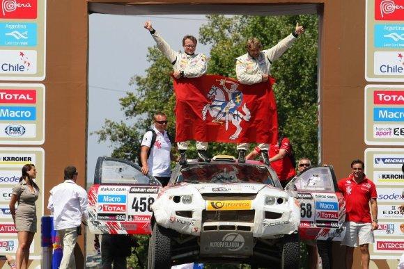 Tomo Tumalovičiaus nuotr./Benediktas Vanagas ir Saulius Jurgelėnas ant Dakaro finišo podiumo (pirmasis abiejų sportininkų Dakaro ralis)