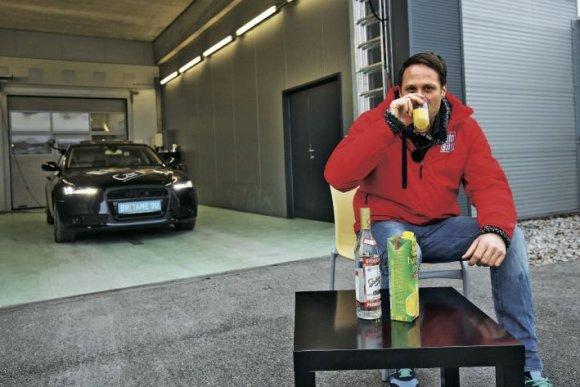 """""""Autobild"""" nuotr./Kad pasiektų tam tikrą promilių skaičių, S.Voswinkelis turėjo išgerti sultimis neskiestos degtinės"""