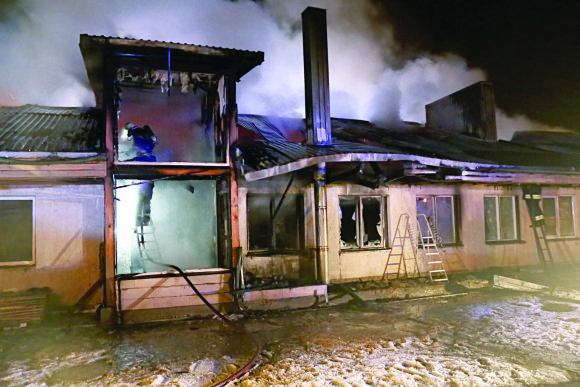 """Vytauto Ridiko (""""Utenos diena"""") nuotr./Utenos rajone, Užpaliuose,  sudegė šv. Teresės šeimynos namai"""
