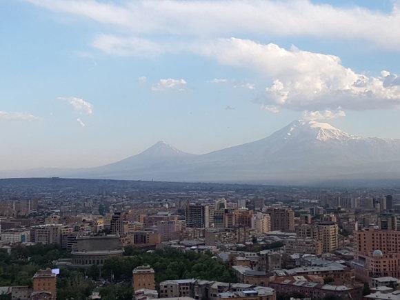 Raimundos Celencevičiaus/15min nuotr./Armėnijos sostinė Jerevanas: Ararato kalnas – jau Turkijoje.