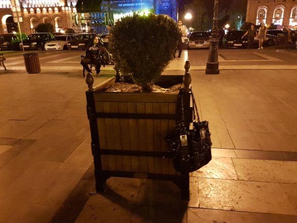 Raimundos Celencevičiaus/15min nuotr./Armėnijos sostinė Jerevanas: įdomu, ar ši rankinė iškabės čia iki ryto?