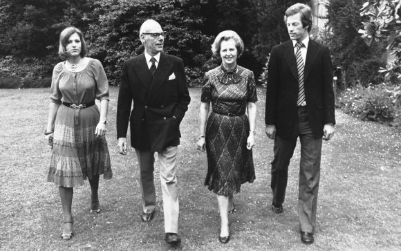 """Scanpix""/AP nuotr./Margaret Thatcher su šeima. Iš kairės: dukra Carol, vyras Denisas, Margaret ir sūnus Markas"