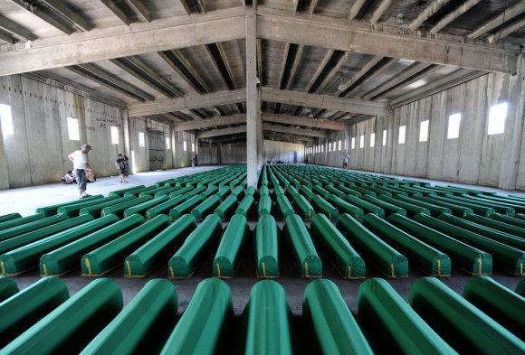 """AFP/""""Scanpix"""" nuotr./Srebrenicos genocido aukų karstai"""