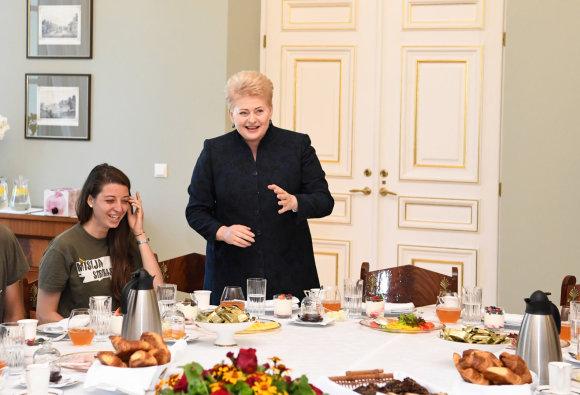 """Prezidentūros/R.Dačkaus nuotr./""""Misija Sibiras"""" dalyvių pusryčiai Prezidentūroje"""
