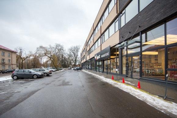 """Luko Balandžio / 15min nuotr./NT vystytojai užtvėrė automobilių stovėjimo aikštelę šalia """"Pigu.lt"""" parduotuvės Žvėryne"""